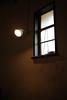 薄暗い窓明かり