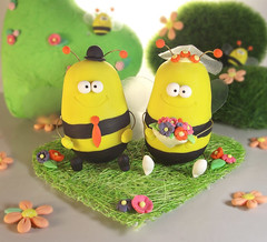 Bee wedding cake toppers -personalized details (PassionArte) Tags: flowers wedding sculpture verde green art grass yellow groom bride wings couple bee giallo reception clay caketopper etsy fiori custom bumble api torta personalized fiance nozze sposi modellingclay fidanzati