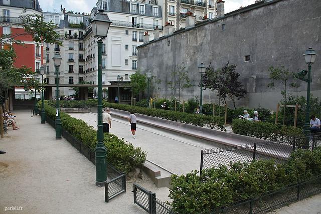 En plein quartier de Montmartre, on peut jouer à la pétanque, tranquillement
