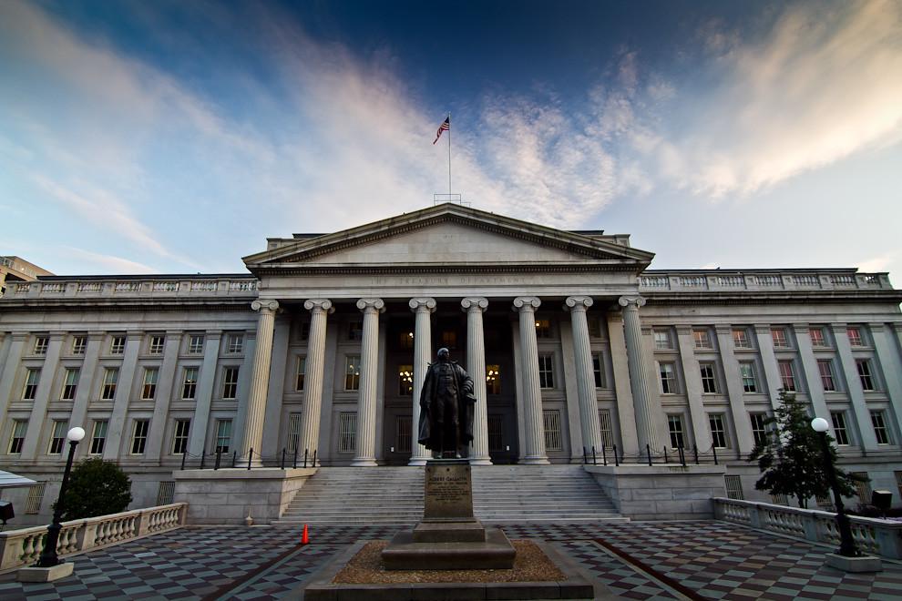 La estatua de Albert Gallatin, importante figura y maestro de las finanzas, fue elegido como Secretario del Tesoro de los Estados Unidos por Thomas Jefferson en 1801, se yergue frente al Edificio del Tesoro en Washington. (Tetsu Espósito - Washington, Estados Unidos)