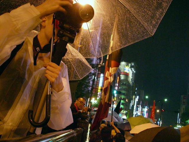 Demonstrators rushed into the kabukichou! :  Mayday for freedom and lives