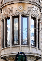 Barcelona - Gran Via 542 c 1 (Arnim Schulz) Tags: barcelona espaa art window architecture liberty ventana spain arquitectura arte fenster kunst catalonia finestra artnouveau gaud architektur catalunya espagne fentre modernismo catalua spanien modernisme jugendstil smrgsbord erker espanya katalonien oriel stilefloreale tribuna belleepoque baukunst saillie encorbellment