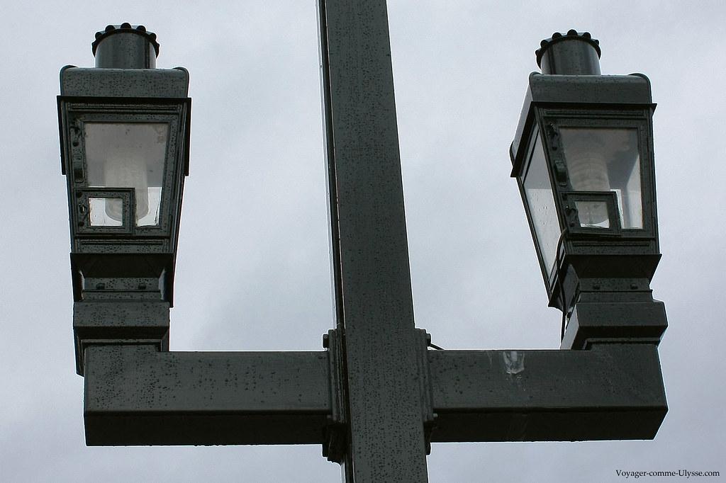 Un lampadaire d'un pont amstellodamois