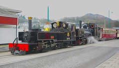 RD5762  LYD & K1 arr Port (Ron Fisher) Tags: k1 lyd welshhighlandrailway britanniabridge pontbritannia porthmadogharbourstation