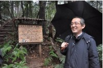 曰本龍貓森林基金會理事長安滕於森林入口留影。圖片來源:吳茂成