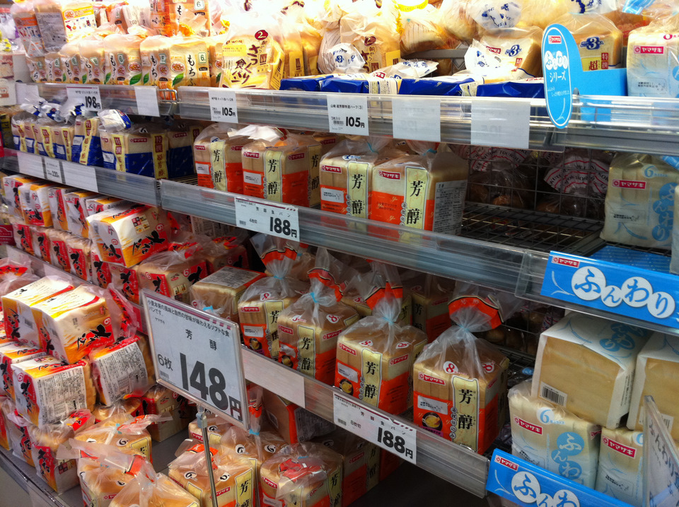 Lots of different bread brands at differing prices