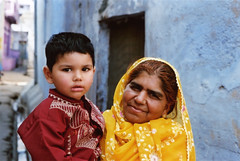 ((T')art) Tags: voyage travel portrait india holiday color film kids kid holidays asia minolta outdoor smiles daytime asie himatic enfant rajasthan inde fujisuperia400 bundi himatic7s tlmtrique telemetric