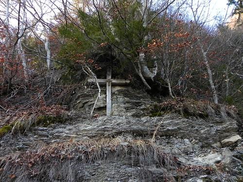 Une croix datée de 1824 dans la roche Passieu 087