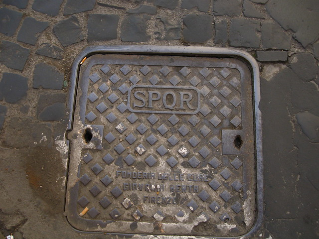 ローマの石畳とマンホールのフリー写真素材