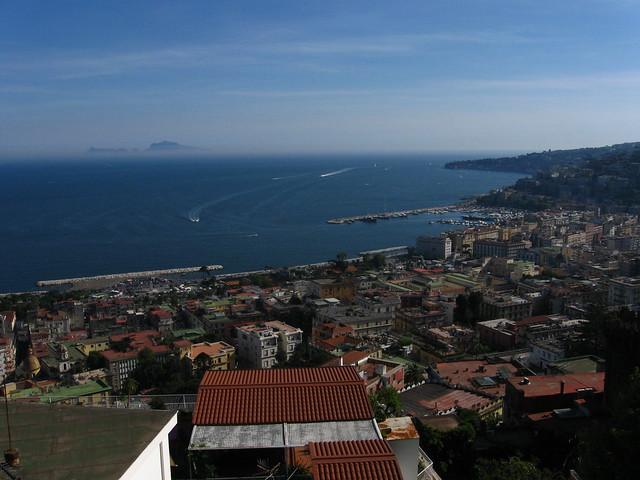 ナポリの海と街並みのフリー写真素材