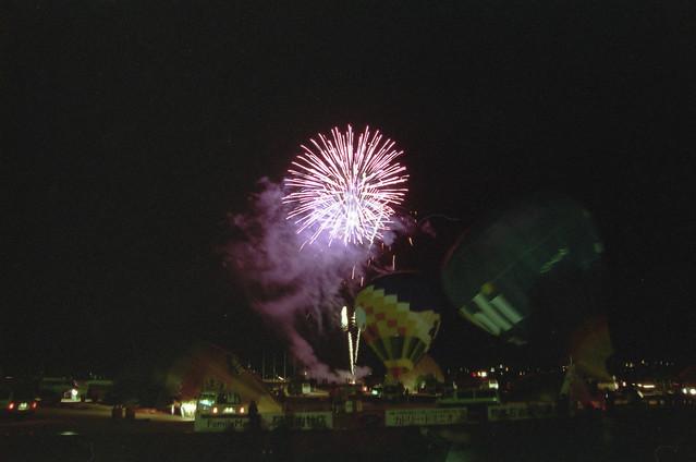 花火と気球のフリー写真素材