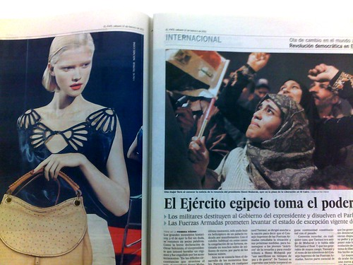 Foto de una periódico abierto.En la página izquierda, publicidad con una modelo. En de la derecha, una noticia sobre egipto con la foto de una manifestante