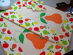 Para o papar ficar mais gostoso... (Joana Joaninha) Tags: criança filhote mesa cozinha colorido aplicação joanajoaninha hellennilce