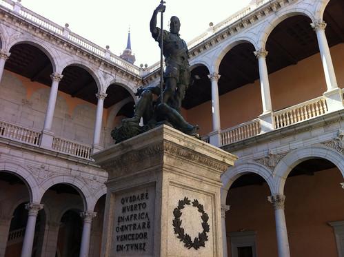 Estatua de Carlos V dominando al Furor en el patio del Alcázar de Toledo