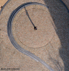 Wessel de Wijzer (KAPturer) Tags: kite holland netherlands dutch circle pavement nederland aerial fromabove sundial kap groningen birdseyeview kiteaerialphotography luchtfoto vismarkt vanboven vlieger klinkers bestrating zonnewijzer vliegerfoto kapturer