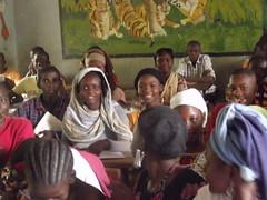 Ngada Souka, une de nos premiers enfants parrainés, entourée de ses camarades de classe