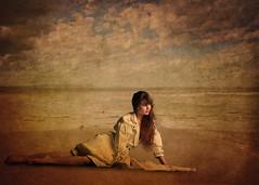[フリー画像] 人物, 女性, ビーチ・砂浜, 201103152100