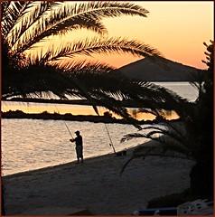 Pescando en el Mar Menor (nuska2008) Tags: sunset españa atardecer canal europa tramonto playa murcia marmenor palmera pescador atardecerenelmar panoramafotográfico saariysqualitypictures nuska2008 nanebotas