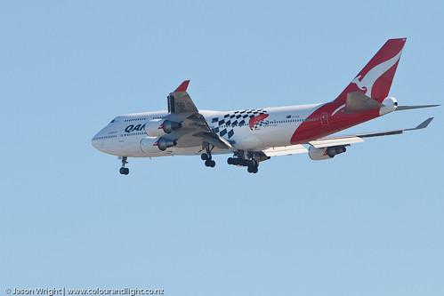 Qantas 747-400 Low Flyover