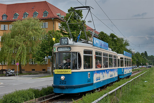 Sonntags fährt die Linie 21 nicht: Sonderfahrtwagen 2412 hat das Wendegleis für sich alleine.