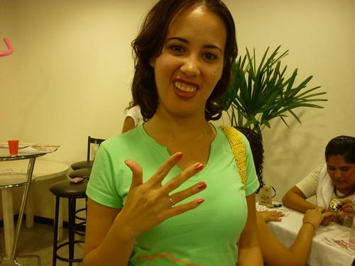 Larissa mostrando aa recém pintadas unhas