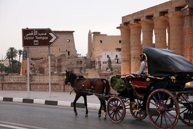 エジプト ルクソール神殿と馬車