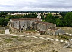 Btiments de l'htellerie et des converts - Abbaye de Maillezais - Vende (Vaxjo) Tags: france abbey ruins 85 middleages ruines abbaye vende moyenge abdij paysdeloire maillezais