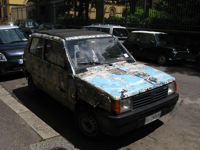 ステッカーだらけの車のフリー写真素材