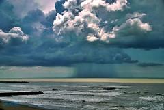 Naturaleza (-Ana Lía-) Tags: nikon naturaleza mardelplata mar nature océano altlántico lluvia luz verano trascendencia infinito argentina aprehendiz agua water turquesa top20cloud top2020 nubes azul blue mare olas sole sol analialarroude