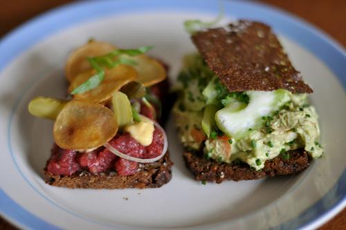 Smørrebrød med tatar og hønsesalat