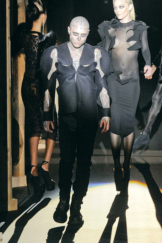 Thierry-mugler-FALL-2011-RTW-podium-030_runway