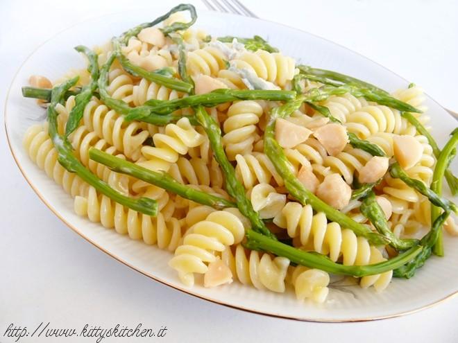 fusilli asparagi selvatici gorgonzola e noci macadamia