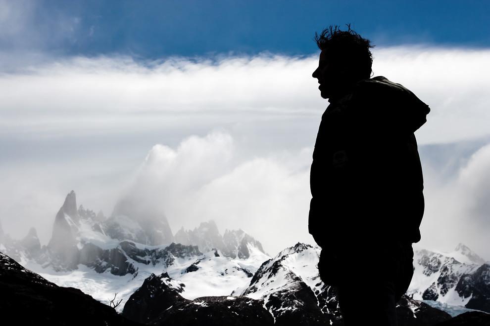 La serenidad del apinista se refleja en su silueta mientras contempla de fondo al Chaltén y el Fitz Roy. (Guillermo Morales -  Patagonia, Argentina)