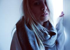 Fcil de sentir. (Lady Tyga) Tags: light selfportrait luz girl smile self ego myself chica rubia labios autorretrato sombras pelo havefaithinme canoneos500d