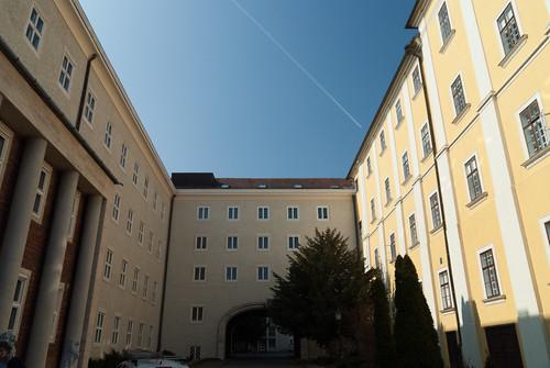 Balra a gimnázium épülete