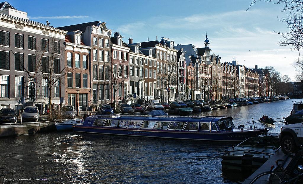 Un des nombreux bateaux-mouche d'Amsterdam.