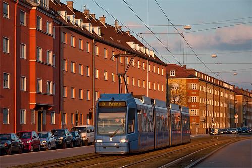 Nur noch bis 17. April fahren die Trambahnen nach Pasing, wie hier Wagen 2211 in der Fürstenrieder Straße