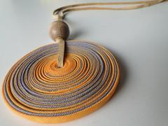 Disco amarelo (VicheMaria) Tags: artesanato collar colares vies couro colarartesanal