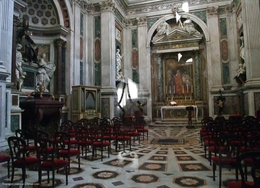 Chapelle Corsini de Alessandro Galilei, où est conservée la Tiare Papale, la couronne des papes, que l'on peut voir sur la gauche