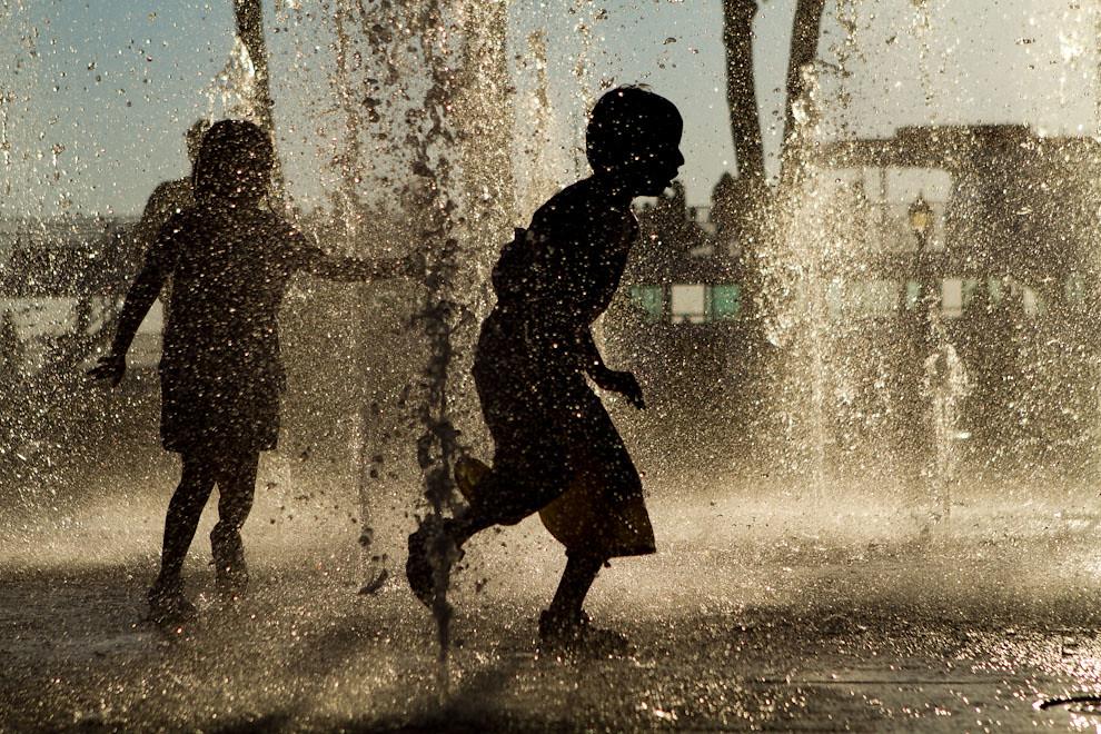 Muchos niños juegan en una fuente de agua en el Pier 16, desde donde salen los buques con destino a Ellis Island o a la Estatua de la Libertad. (Tetsu Espósito - Nueva York, Estados Unidos)