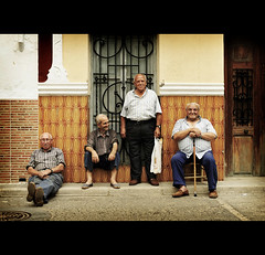 Los Lunes al Sol (Perolo Orero - www.orerofotografia.com -) Tags: life old friends light portrait people man amigos men art luz valencia face smiling photography yahoo google nikon photographer arte friendship retrato country pueblo gray sombra vida manuel verano gorra sonrisa anciano amistad hombre rostro d3 descanso pero canas hombres edad fotografa vejez krop orero orerofotografia wwworerofotografiacom