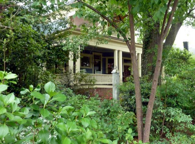 P1090882-2011-04-15-Hapeville-S-Funton-Ave-Column-Garden-Porch