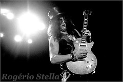 Slash (Rogerio Stella) Tags: show stella slash roses bw white black branco les portraits paul banda photography concert nikon die all photographer tour guitar song retrato live stage gig guitarra performance band preto bands solo rogerio portraiture hero idol instrument guns fotografia documentation venue instruments gibson msica gonna guitarist vivo guitarrista palco fotojornalismo dolo lanamento apresentao 2011 were blackwhitephotos documentao n documentarist
