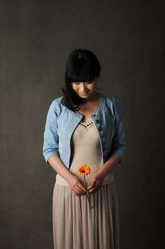[フリー画像] 人物, 女性, アジア女性, 人と花, 俯く, 201104230300