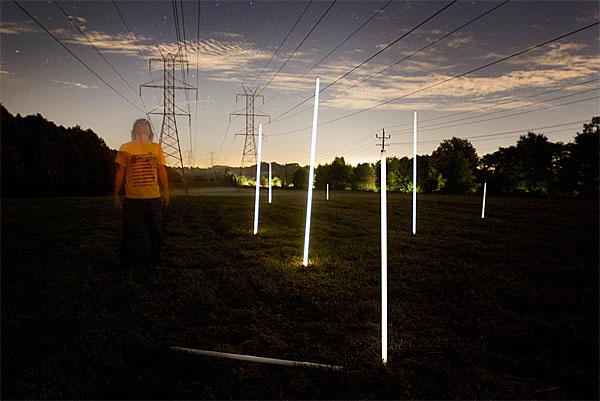 Mágica do mundo real: Richard Box usa o campo eletromagnético de torres de alta tensão para acender lâmpadas
