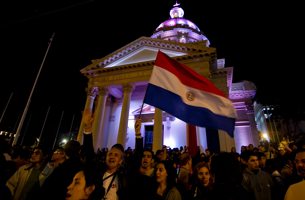El pueblo entonaba el Himno Nacional y Patria Querida en un clima de felicidad y patriotismo, en las primeras horas del domingo 15 de mayo, frente al Panteón Nacional de los Héroes. (Tetsu Espósito - Asunción, Paraguay)
