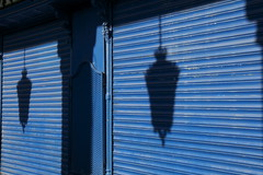 ...Y Azul/...And Blue (Joe Lomas) Tags: madrid street blue urban espaa azul canon calle spain 7d reality streetphoto urbano plazamayor urbanphoto realidad callejero realphoto fotourbana fotoenlacalle fotoreal canon7d
