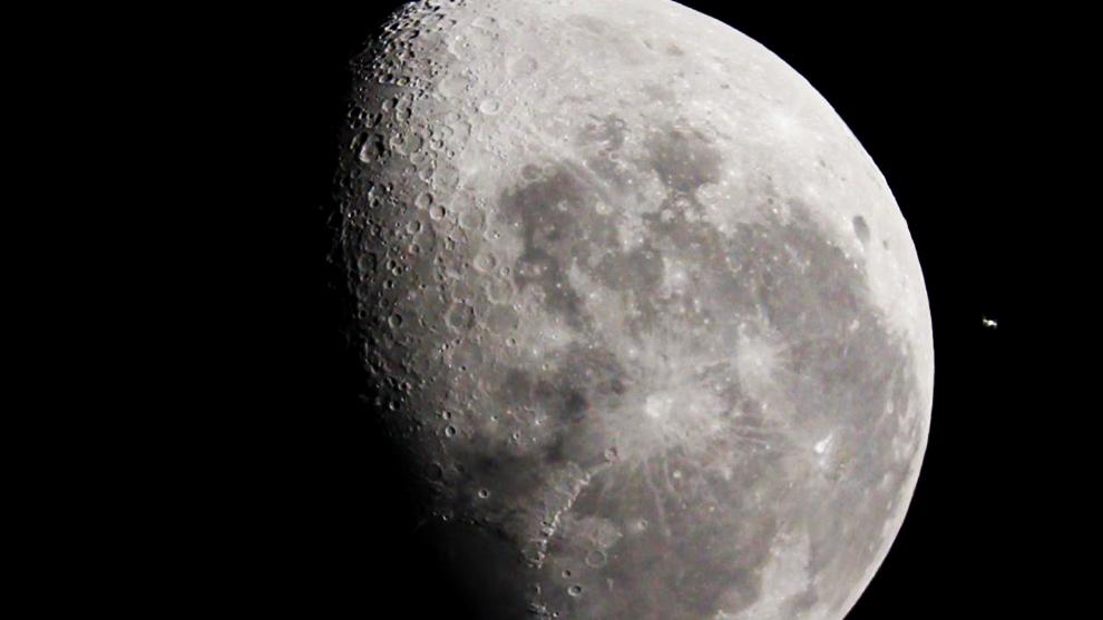 En esta toma podemos ver a la Estación Espacial Internacional -en inglés, International Space Station o ISS- cuando hizo un paso en perspectiva por encima de la Luna. (Rodrigo Ríos - Zanjita, Paraguay)