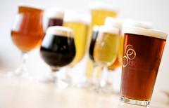 グラスに注がれたいくつものビール