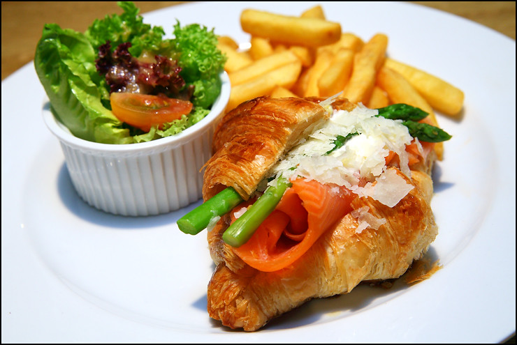 smoked-salmon-croissant